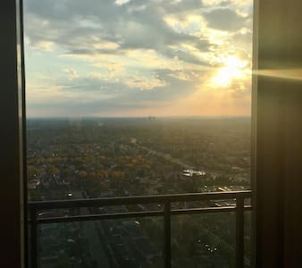 One bedroom condo on 32nd floor by Square One. - Mississauga - Osakehuoneisto
