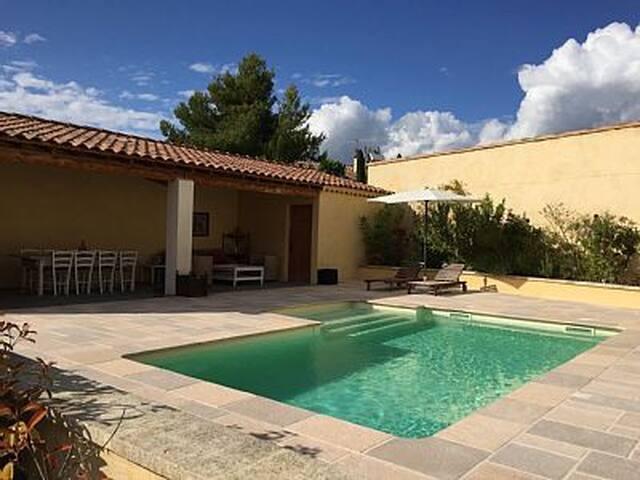 Face au Luberon, maison provencale avec piscine - Maubec - Casa