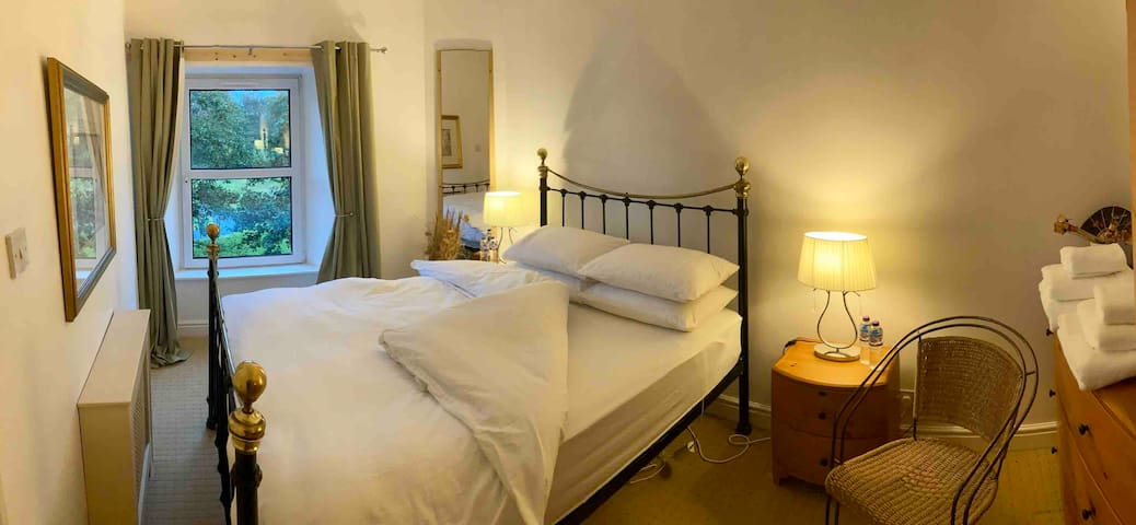 Super comfy Kingsize bed, cosy electric blanket, USB wall chargers, chest of drawers, fresh linen and towels