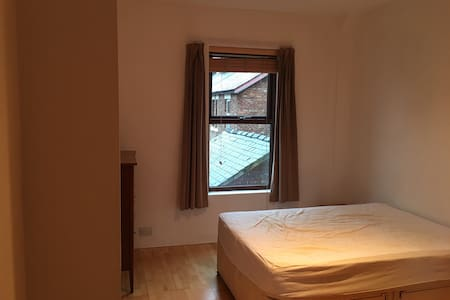 new on market room in stunning minimalist home - Manchester