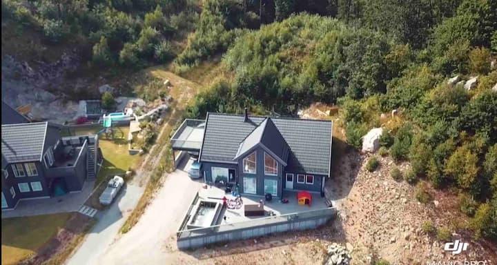 Nyere hus med basseng,nærme strender og furulunden