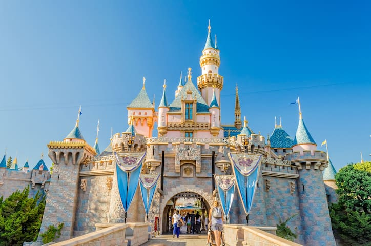 Disneyland Is About 6 Miles From Your Stay... Stay Here In A Nice & Quiet Neighborhood!!!