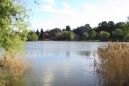 Logement avec terrasse proche d'un plan d'eau