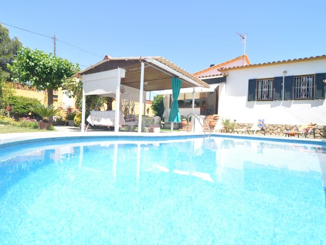 House with private pool to 500 metres from the beach.
