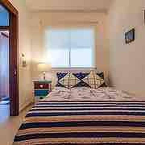 Confortable alcoba con cama doble, aire acondicionado, Lenceria y buen closet para  que los huéspedes puedan guardar sus pertenencias
