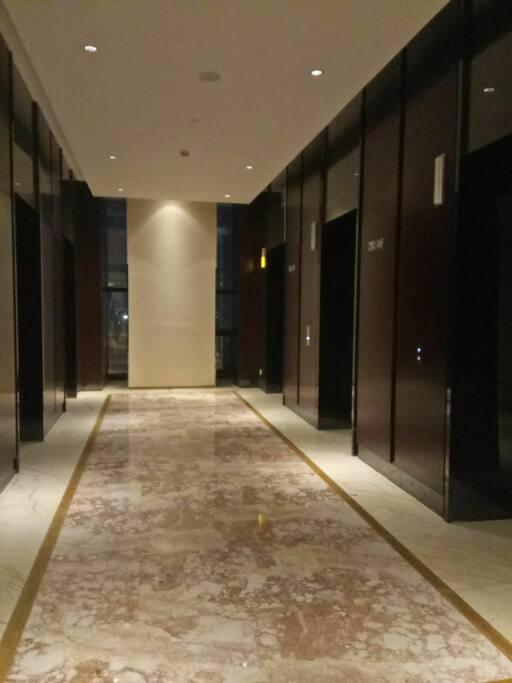 楼层电梯口