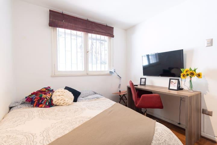 Acogedor dormitorio con escritorio (solo mujeres)