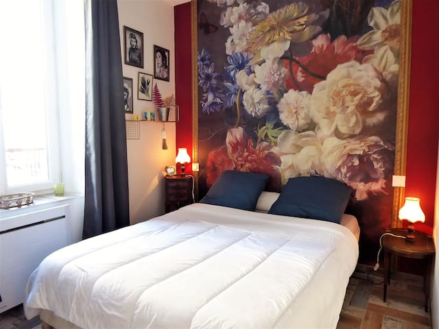 La chambre avec un matelas très confortable et épais, rideaux occultants et volets pour une nuit paisible et réparatrice !