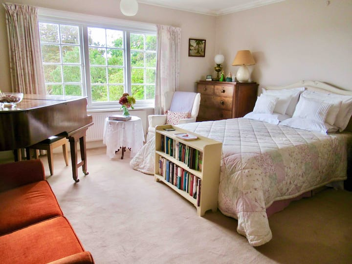 Large Light Room(s) in Quiet House with Sea Views