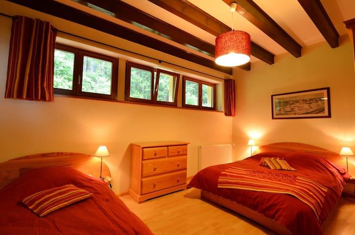 Chambre 1: Lit double et Lit simple gigogne 2 à 4 personnes