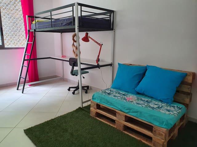 Chambre 2 avec un lit superposé une place (90 x 180 cm), un espace bureau et un canapé palettes
