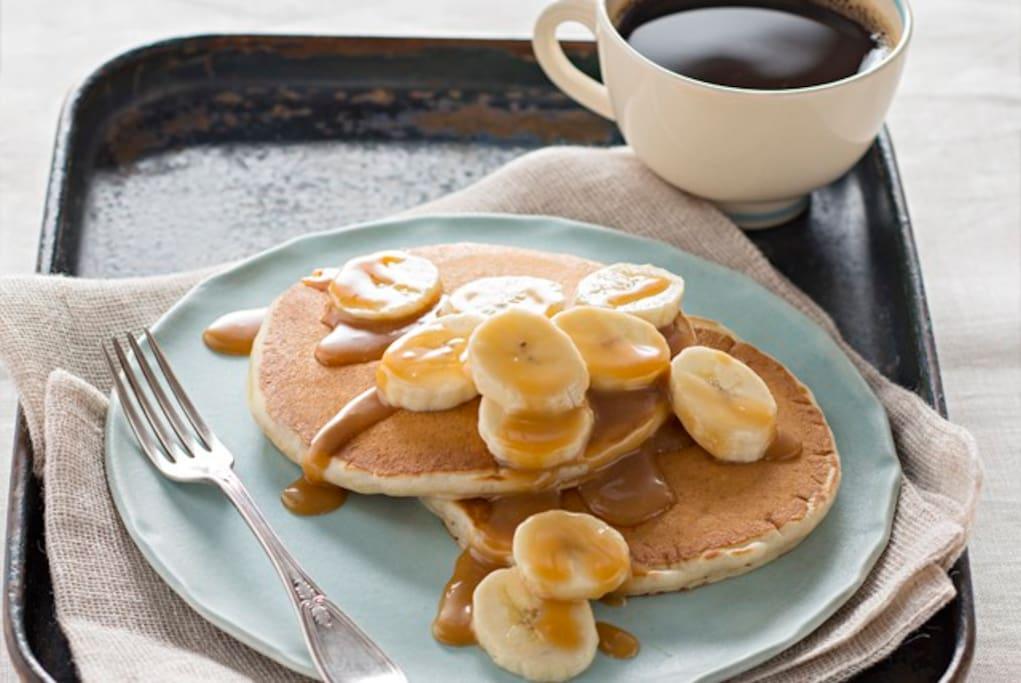 desayuno de panqueque de platano y chocolate con ponche de habas  chocolate o cafe