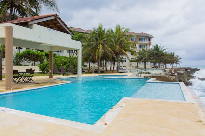 Escape to Paradise, 2 BR Seaview Condo - Tower Isle - Lejlighed