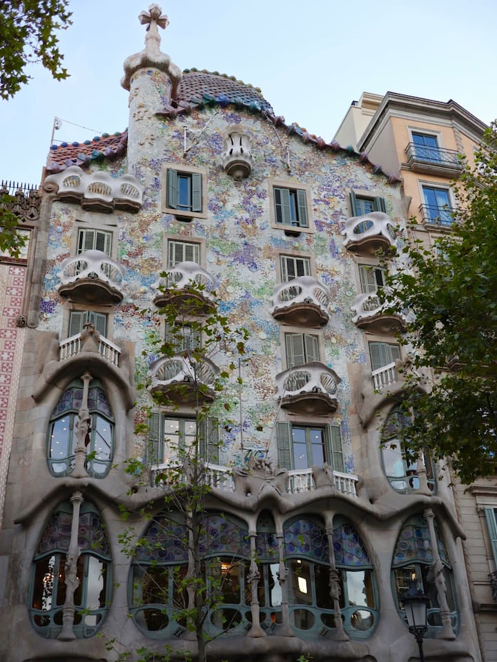 Learn about the façade of Casa Battló