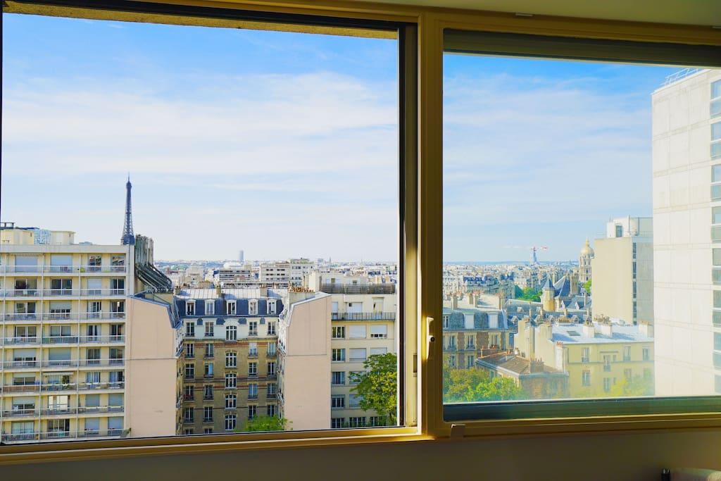 Une vue dégagée sur Paris et la tour Eiffel