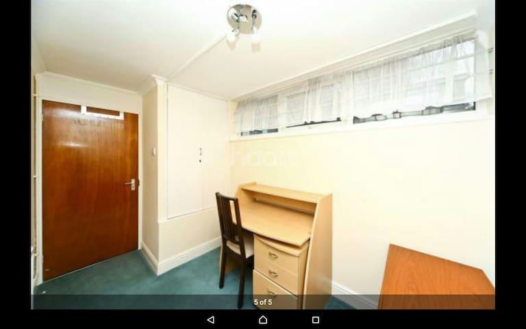 Comfortable room in quiet area - Northwood - House