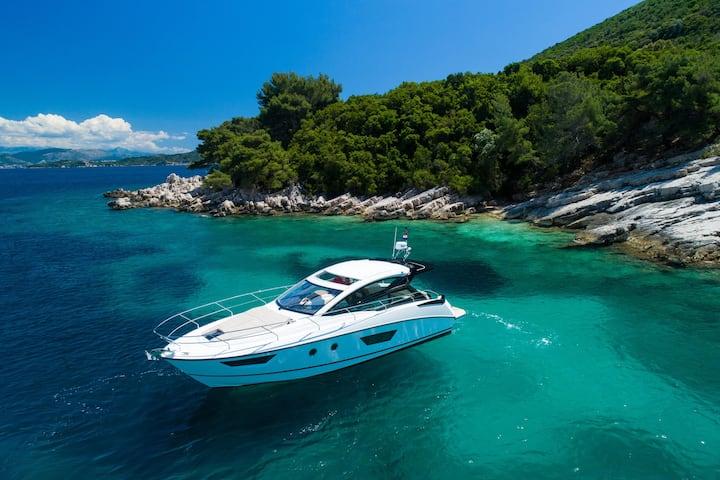 Stay on a sporty motorboat near Dubrovnik