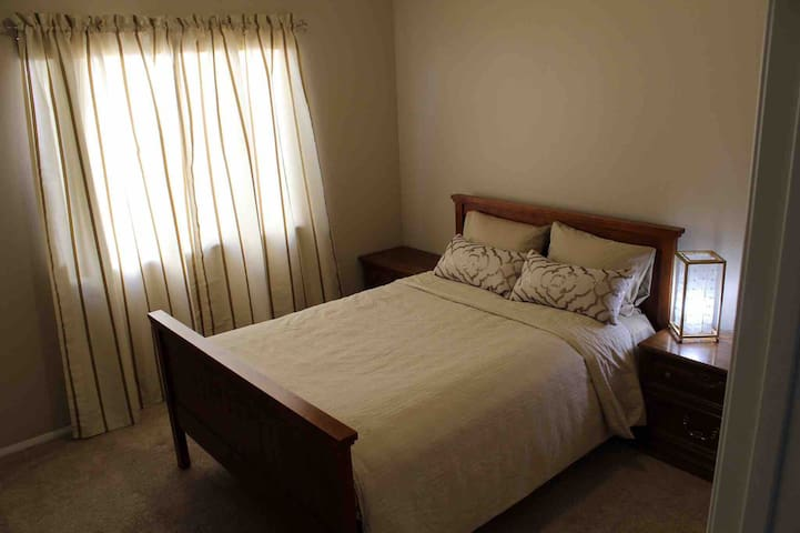 Cute and Comfy private room w/ bath in Canoga Park