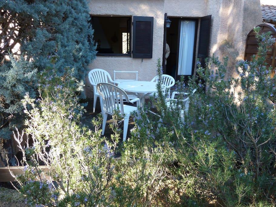 Le jardin arboré à l'arrière de la maison...