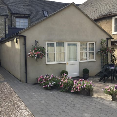Compact cottage in Witney town centre.