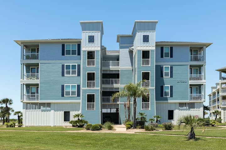 Bayfront condo w/ scenic views, shared hot tub, pool, near beach and more!