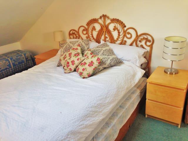 Bright & Spacious Attic Room - Perfect Location - Beeston - Hus
