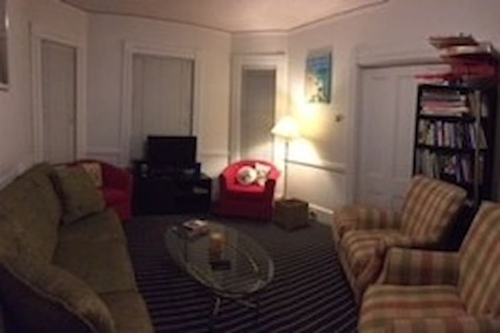 Private rooms of various sizes, walk to the T - Brookline - House