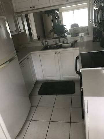 2 bed room condo in Pipers Point