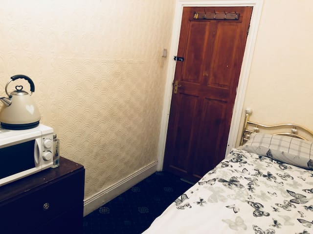 Cheap Basic Room - Please Read add before booking