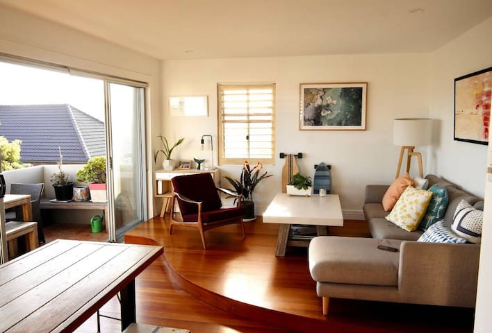 Stylish Beach pad w sea views, 2min from the beach