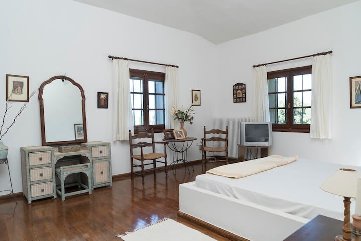 main bedroom with king size double bed