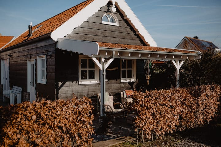 Retro huisje met veranda en tuin in Oostkapelle