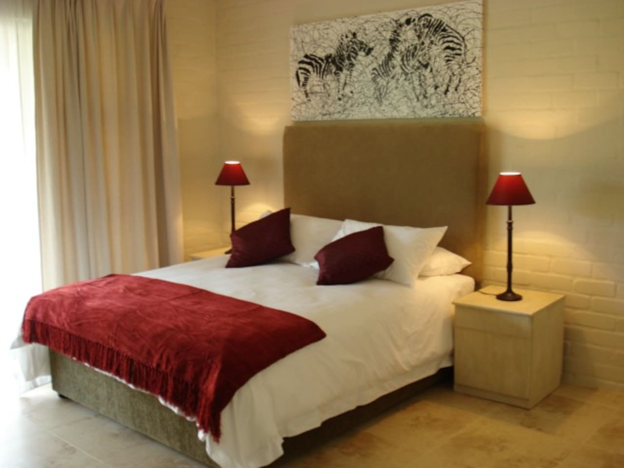 Hoepoe Room with full bathroom en suite and sliding door to private patio and garden