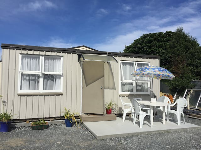 """Linda's Cabin"" Twin room - location, quiet, clean"
