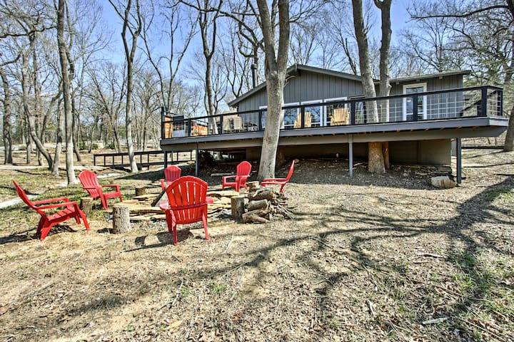Enjoy lake-living at this Lake Texoma vacation rental cabin!