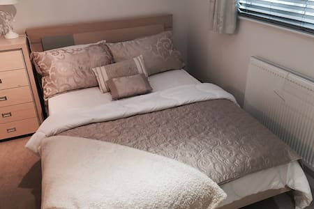 Double Room Near Park Gate & Whiteley(B&B) - Fareham - Дом
