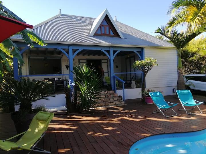 Chambre curcuma dans villa cosy avec piscine