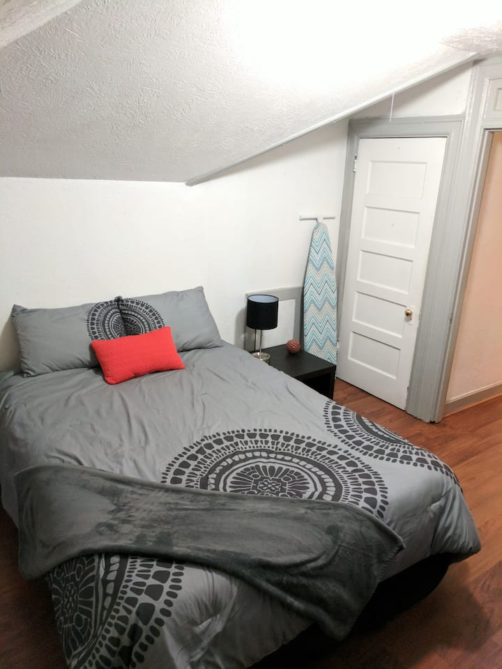 Cozy 3rd floor apartment in Historic HydePark home