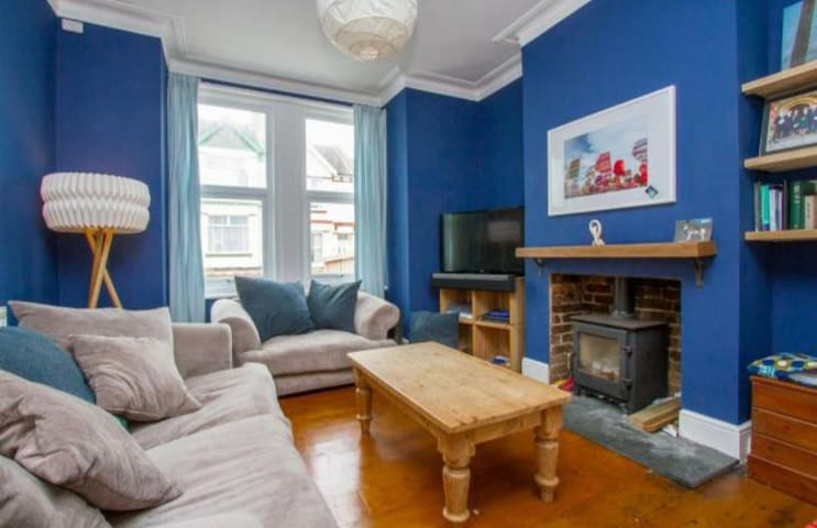 Bright double room in central friendly family home