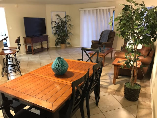 Spacious 1 bedroom near the Convention Ctr & Strip