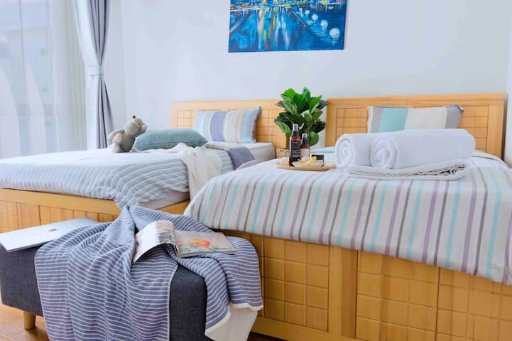 Bedroom 1 (2 Single Size Beds) 2 bath towels are provided. 卧室 1 (2张单人床,约1.1米) 提供2条浴巾