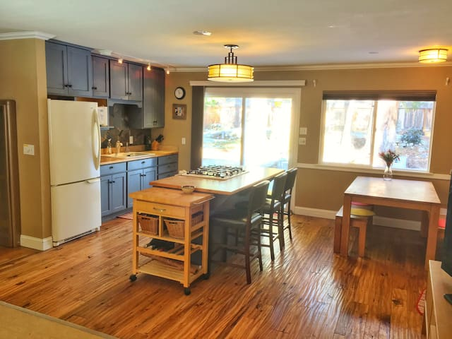 Open plan living, deck & yard. Close to everything - South Lake Tahoe - Bungalow