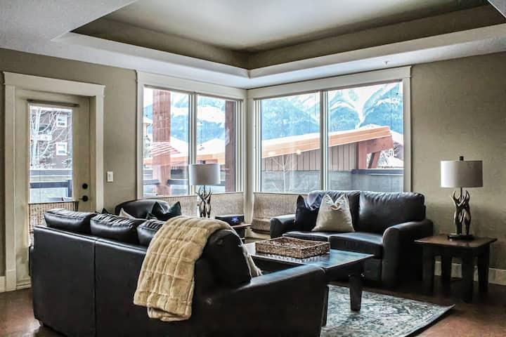 Cozy Three Bedroom Corner Suite With Great Views
