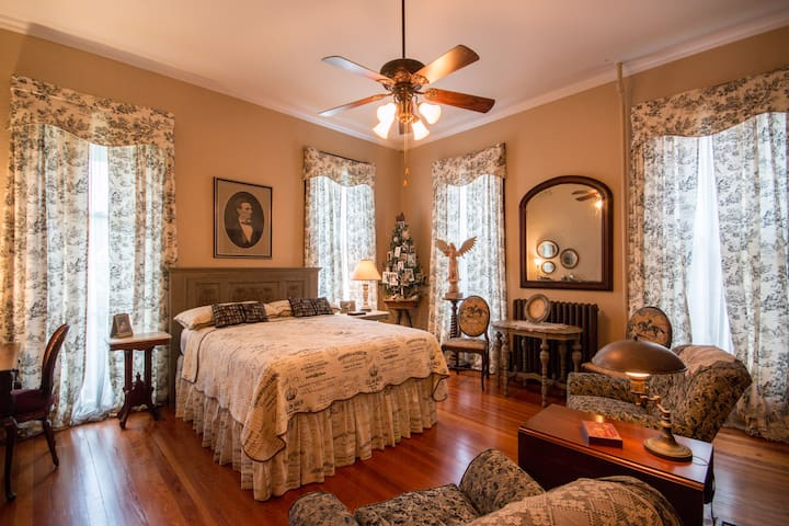 Victorian  2 blocks from downtown Lincoln Bedroom