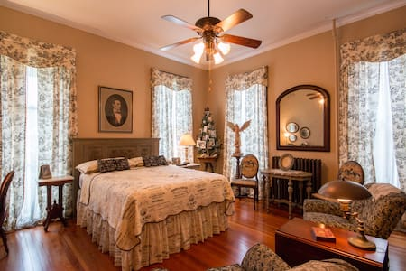 Victorian 2 blocks from downtown Lincoln Bedroom - ブリストル