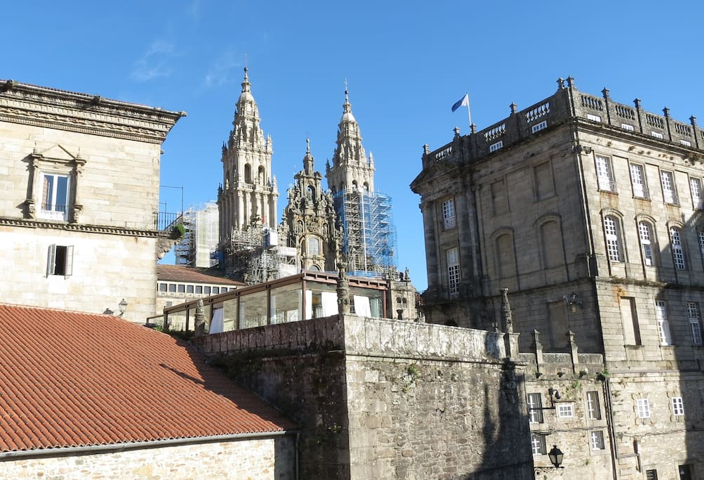 The Cathedral and the Hostal / La Catedral y el Hostal