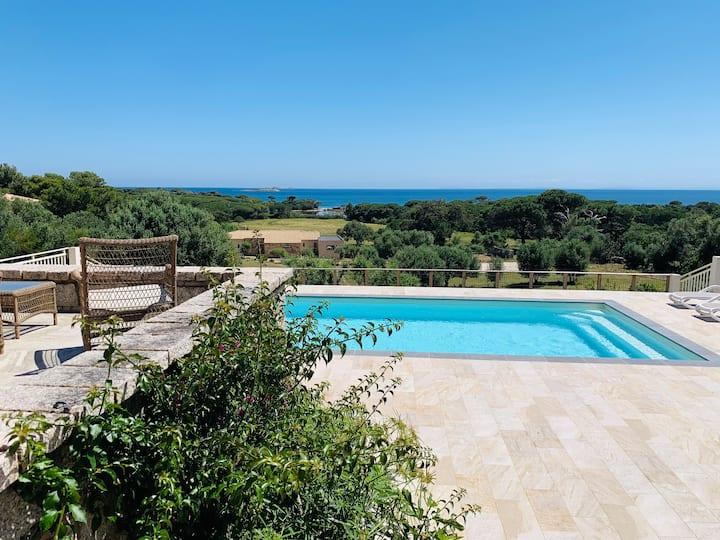 Villa  avec piscine et accès privé à la plage