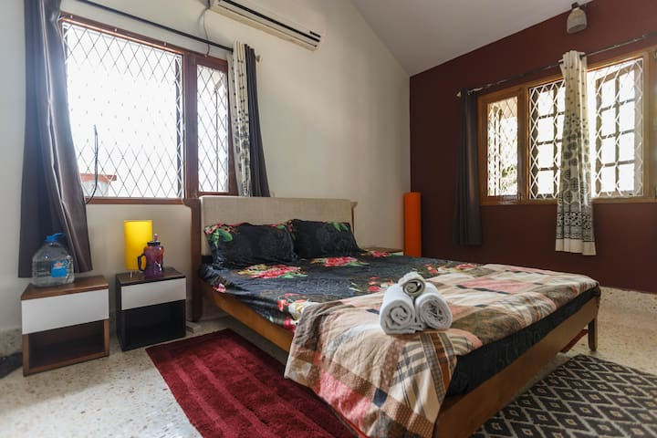 Quiet + Stylish + High Ceiling Private Room - Bangalore - Villa