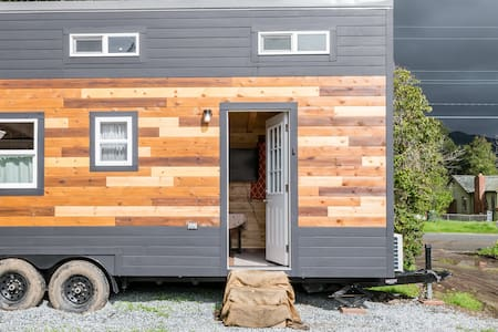 Loy's Tiny House - sleeps four with room to spare