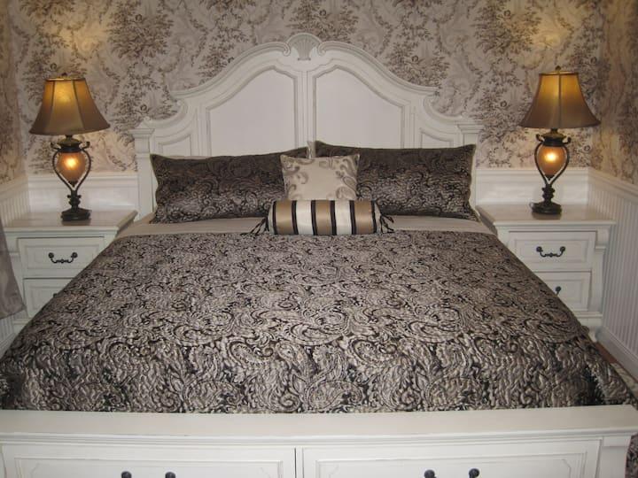 Grand Château 2-bedroom unit. Pool access.